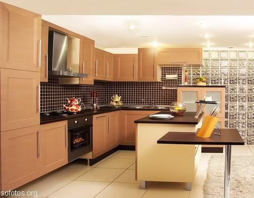 Uma cozinha com mobiliário moderno