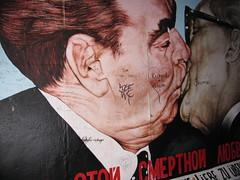 Leonid Brezhnev kissing Erich Honecker (fernandopanduro) Tags: berlin germany painting kiss kissing berlinwall alemania leonidbrezhnev erichhonecker murodeberlin
