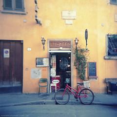 la bicicletta rossa. (s-u-s-a) Tags: holga italia kaffee gelb giallo firenze toscana fahrrad toskana bellaitalia uncaff vision:text=0527 vision:sunset=0543