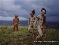 Jóvenes rapa núi preparándose para participar en la competencia Haka Pei, que corresponde al deslizaminento en tronco de plátanos por la ladera del cerro Pu'i. Lunes 18 de febrero 2002.