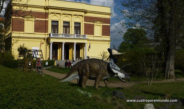 Jardin de entrada al museo de historia natural de Sibiu
