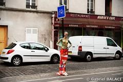 mannequin_rue (Gabriel Balaci Photographies) Tags: people paris france birds europe fineart colorphotography streetphotography snapshots technicolor rue couleur gens oiseaux urbain blackandwhitephotography photoderue photographienoiretblanc photocouleur photographieartistique instantanés fotografiealbnegru fotografieartistica