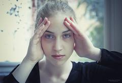 Retrato del sentir (Soledad Bezanilla) Tags: light portrait woman art luz photography mujer hands arte retrato feel manos fotografia momentos carlota sentir canoneos7d soledadbezanilla insntantes