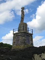 2212 Nelson's statue - Menai Straits - Llanfairpwllgwyngyll (Andy panomaniacanonymous) Tags: 20160705 cymru llanfairpwllgwyngyllgogerychwyrndrobwllllantysiliogogogoch northwales photostream llanfairpwllgwyngyll nwales nelsonsstatue statue sss nnn menaistraits
