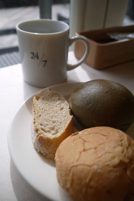 料理が来るまでコーヒーとパンでおしゃべり。 24/7restaurant