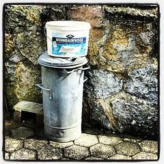 Wohnraumwei in Farbe! (TIAN@OTF) Tags: square lofi grau squareformat braun blau schwarz mauer eimer mlltonne wandfarbe weis iphoneography instagramapp uploaded:by=instagram uploaded:by=tianotf ah wohnraumweis