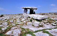 de dolmen Poulnabrone ( 3800 voor X ) Ierland 2004 (wally nelemans) Tags: ireland 2004 grave graf theburren eire limestone karst dolmen prehistory ierland prehistorie limestonepavement poulnabrone kalksteen karstlandscape karstlandschap deburren