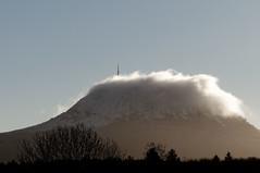 Dans un nuage: le Puy de Dme (bernard63000) Tags: nature montagne nikon hiver neige nuage campagne antenne 28300mm auvergne volcan puydedme d300 parcdesvolcans chainedespuys