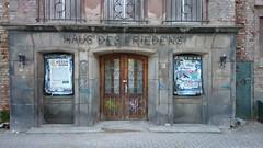 1953/55 Halberstadt Portal Haus des Friedens Mehrzweckgebude mit Wohnungen, Restaurant und Saal im Nationalen Aufbau-Werk Thomas-Mntzer-Strae in 38820 (Bergfels) Tags: eingang ddr portal schrift tr mfh 1953 wohnhaus halberstadt siedlung naw beschriftet 1950er bergfels ziergitter mehrzweckgebude friedrichebertstrase 20jh 195355 architekturfhrer 38820 werksteinlaibung nationalesaufbauwerk hausdesfriedens thomasmntzerstrase