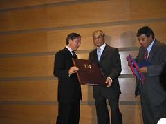 El Señor Alcalde de Valparaíso, D. Aldo Cornejo González entrega el Pergamino que declara Ciudadano Ilustre de Valparaíso al Profesor Sr. Juan Estanislao Pérez
