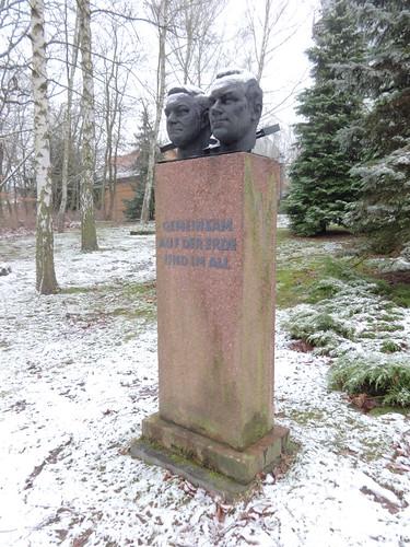 um 1983 Potsdam Kosmonauten Sigmund Jaehn (rechts) & Waleri Bykowski Büsten von Gerhard Rommel Bronze Wissenschaftspark Albert Einstein Telegrafenberg Albert-Einstein-Straße in 14473 Teltower Vorstadt