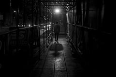 Compaias... (Medigore) Tags: chile street santiago byn blancoynegro blanco luz 50mm noche calle y camino negro personas sombras monocromtico medigore canont3i