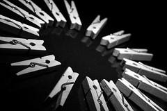 Unin (osruha) Tags: blackandwhite bw macro blancoynegro monochrome circle monocromo nikon flickr union bn d750 crculo circular cercle blancinegre clothespegs pinzas unin pinces uni monocrom