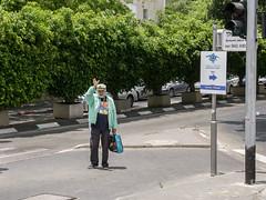 De compras en Tel Aviv, Israel (Edgardo W. Olivera) Tags: street people lumix trafficlight israel calle telaviv gente middleeast panasonic semforo saludo mediooriente gh3 orienteprximo microfourthirds microcuatrotercios edgardoolivera shaulhamelet