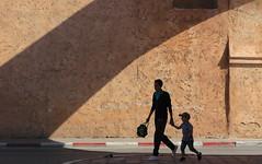 Retour de Crche (Nadir Moha) Tags: parent enfant crche scne rue ombre lumire claire obscur porte muraille rabat