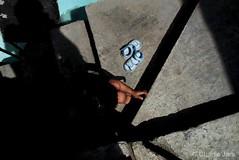Ella juega con la sombra de su pequeño cuerpo que cobija a todos los vientos. #StreetPhot  #StreetPhoto #Fotografía #CharlieJara #StreetPhotography #documentary #FotografíaCallejera #everydaylatinamerica #perú (Charlie.Jara) Tags: streetphot streetphoto fotografía charliejara streetphotography documentary fotografíacallejera everydaylatinamerica perú