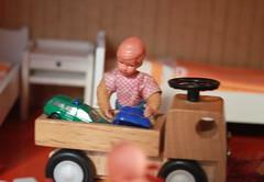 Peter playing with a (*blythe-berlin*) Tags: orange vintage göteborg toys furniture gothenburg 70s möbel byebye spielzeug dollhouse puppenhaus lundby cacodolls biegepuppen doll´shouse 70zigerjahre