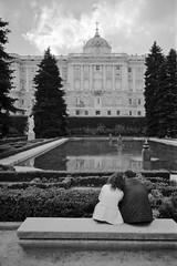 Love in Madrid (FabrizioBarbieri) Tags: madrid leica blackandwhite bw love monochrome analog ishootfilm bn ilfordhp5 analogue ilford bianconero biancoenero romantica leicam6 summaron analogico monocromatico leicam leicasummaron