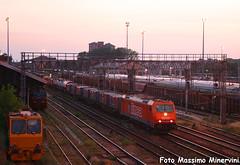 """LINEA """"tramontosa"""" (Massimo Minervini) Tags: sunset li tramonto explorer rail railways linea tec trainz cremona ferrovia trenomerci canon400d e186 e186908 cassemobili lineamantovacremona piacenzavillaopicina railcargoitalia ferroviaprivata"""