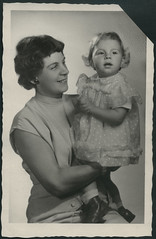 "Archiv E922 ""Sigrid und Mutti im September 1956"" (Hans-Michael Tappen) Tags: portrait fashion outfit daughter mother portrt frisur 1950s 1956 mutter schmuck tochter kleid 1950er halskette ohrring atelierphoto atelierfoto archivhansmichaeltappen"