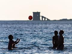 Impatto !!! (Untalented Guy) Tags: ball funny mare torre play porto impact volley gioco palla pallone pallavolo portocesareo cesareo lapillo impatto
