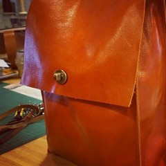 2nd Bag : กระเป๋าพี่เชอรี่ใบที่สอง!  กระเป๋า พี่เชอรี่ใบที่สอง! อลังการมากครับ เป็นคนแรกที่ทำเป้เป็นใบที่สอง เรียบๆ สวยๆ ครับ (ปัจจุบันพี่เชอรี่ทำกระเป๋าหนังขายแล้วนะ) ขอให้ขายดีๆครับ เดี๋ยวพอลงงานตอนเรียนเสร็จจะลงงานที่หลังจากเรียนเสร็จให้ดูครับ