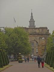 Tinseltown In The Rain (Bricheno) Tags: park scotland arch glasgow candid escocia szkocja schottland glasgowgreen scozia cosse mclennanarch  esccia   bricheno scoia
