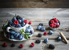 Fresh berries (Julicious) Tags: food fruit canon yummy sweet fresh foodphoto foodphotography foodstyle canon5dmarkiii vision:beach=051