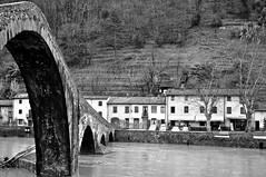 il diavolo fa i ponti, ma non i coperchi... (Claudia Gaiotto) Tags: italy monochrome river pov lucca garfagnana serchio borgoamozzano potd:country=it