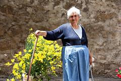 capo bastone (pinomangione) Tags: pinomangione portrait street streetportrait persone perstrada ritratto anziani fiori potenzoni calabria italy tropea allaperto fotoamatorigioiesi