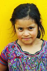 Traditional life, Sierra de los Cuchumatanes, Guatemala (2012) ([cation]) Tags: voyage travel viaje portrait eye girl smile look yellow youth eyes nikon retrato guatemala young shy oeil niña ojos sonrisa mirada fille sourire centralamerica regard timida d300 cation timidez cuchumatanes nebaj ameriquecentrale americacentral timidite