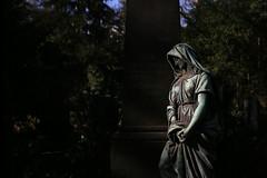 Frankfurt: Sculpture on the Graveyard (DieBuben.de) Tags: sculpture friedhof graveyard frankfurt canon5dmarkiii diebubende ef282470liiusm