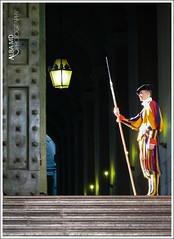 El guardián (AlbaMD Photography) Tags: viaje roma pose puerta italia iglesia escalera vaticano disfraz sombrero traje pasillo guardia guarda viajar lámpara vigilancia vigilante lanza elvaticano vigilar guardián arlequín
