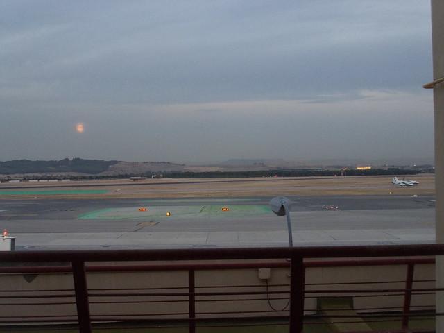 AENA - Aeropuerto Madrid Barajas con eclipse Lunar.