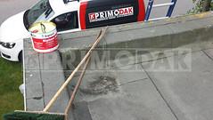 Dakdekker: Foto 1: De huidige oude dakbedekking wordt goed gereinigd en ontdaan van los zittend vuil. Blazen en plooien worden met een mes verwijderd en dicht gebrand voor de volgende fase