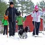 hiihtäjät Jokiniemen matkailun pihassa thumbnail
