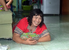 woman on the floor with her cellphone (the foreign photographer - ) Tags: woman portraits thailand nikon floor bangkok cellphone lard aged middle bang bua khlong bangkhen d3200 phrao jun262016nikon
