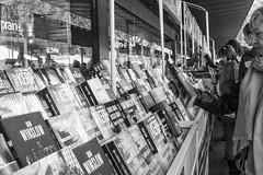 (Vctor Mndez (VM FotoVisual)) Tags: barcelona blackandwhite blancoynegro gente culture streetphotography books evento libros cultura poeple santjordi fotografacallejera vmfotovisualstreet