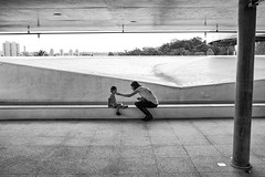 (Gabriel Santos Fotgrafo) Tags: streetphoto blackandwhite bnw pb geometry motherandson fotografiaderua composition