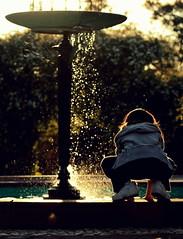froggie.. (Leo Bayarres) Tags: sunset sun sol water fountain girl childhood uruguay atardecer soleil drops agua eau dusk fuente niña gotas prado montevideo infancia fontaine fille sunbeams goutes rayossolares