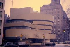 New-York musée Guggenheim 1967 (Loran de Cevinne) Tags: nyc newyorkcity usa newyork buick unitedstates 1967 frankllyodwright etatsunis lincolncontinental mercedes190 muséeguggenheim newyork1967 amcramblerwagon
