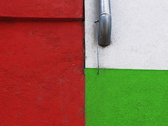 Three Colours (Lukinator) Tags: red white color green rot texture three colorful colours tube pipe mini finepix colored fujifilm grn middle simple rohr colorless farbe weiss mitte minimalistic farbig minimalist farben drei hs20 textur simpel minimalistisch farbenreich farbenfreudig