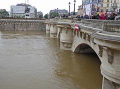 2016.06.02.069 PARIS - La Seine en crue Pont Neuf (alainmichot93 (Bonjour  tous)) Tags: paris france seine architecture eau ledefrance pont pontneuf fleuve crue laseine 2016 ouvragedart