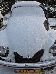 1984 VOLKSWAGEN 1200 Kfer covered with snow (sanders') Tags: blackandwhite snow vw volkswagen sneeuw beetle 1984 1200 neige kfer coccinelle kever zww kj15dt