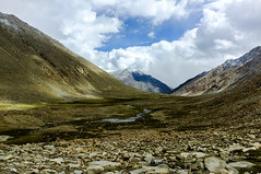 mountains, snow and clouds (BoXed_FisH) Tags: travel sky india mountain digital landscape photography rocks asia day cloudy stones fujifilm leh ladakh x100 changla vision:mountain=091