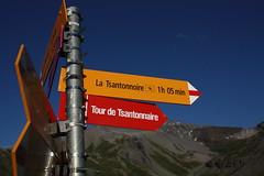 IMG_7467 (bulbocode909) Tags: jaune rouge bleu panneaux montagnes