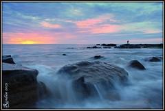 Pescador de ilusiones (Roxdan 2013) Tags: sol atardecer mar agua playa arena cielo nubes olas ocaso catarata rocas piedras oceano cascada ceda hiperfocal