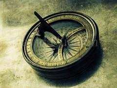 Compass (David Cucaln) Tags: old stilllife david macro sol 35mm de fineart olympus textures sundial bodegn reloj antiguo texturas compass 2014 naturalezamuerta relojdesol e510 brjula cucalon davidcucalon