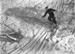 Skiing, 7 July 1934 / photographer Sam Hood (State Library of New South Wales collection) Tags: schnee winter sport menschen oops wintersport freizeit skifahren winterurlaub sanddrift sandskiing