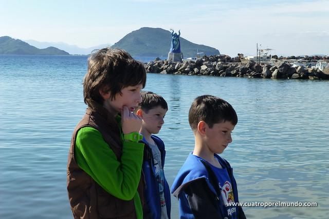 En Turgutreis con Bora mirando como pescan